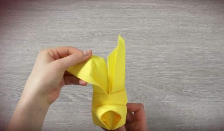 serviette de table en forme de lapin étape 8