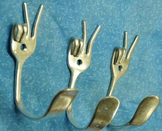 crochets muraux faits de fourchettes