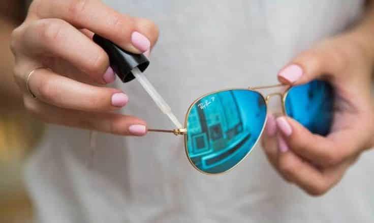Fixer les lunettes avec vernis à ongles