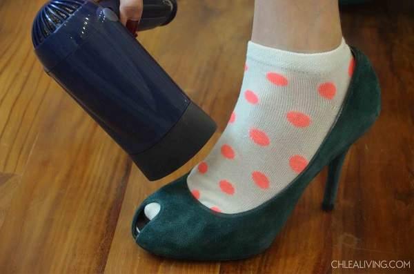 étirer chaussures serrées avec un séchoir